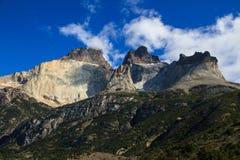 Les différentes couches de la roche dans les montagnes autour du parc national de Torres del Paine, Patagonia Images libres de droits