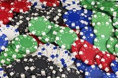 Les différentes couleurs des puces de casino remplissent cadre entier de l'espace Image stock