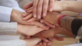 Les différentes mains de personnes d'appartenance ethnique ont empilé ensemble étroit vers le haut de la vue clips vidéos