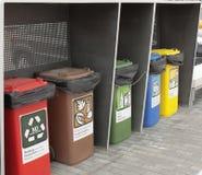 Les différentes poubelles colorées pour la collection de réutilisent Photo stock