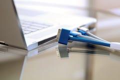 Les différents cordes et câbles ont branché à un ordinateur portable moderne photos stock