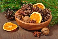Les différents genres d'épices, écrous, ont séché des oranges et des cônes dans la cuvette Photos libres de droits