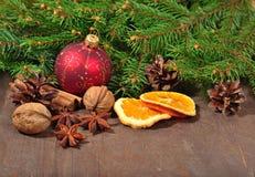 Les différents genres d'épices, écrous, ont séché des oranges et des cônes, le Christ Images stock