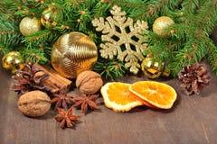 Les différents genres d'épices, écrous, ont séché des oranges et des cônes, le Christ Photo stock