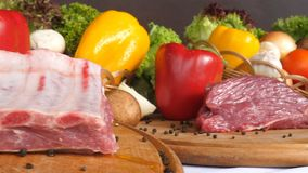 Les différents genres de mensonge de viande sur les conseils en bois sur le fond des légumes de la laitue part, des épices, cari, clips vidéos