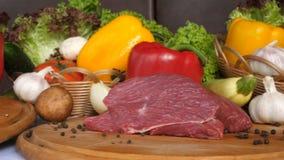 Les différents genres de mensonge de viande sur les conseils en bois sur le fond des légumes de la laitue part, le special, passa clips vidéos