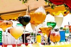 Les différents grands cocktails sur la rue barrent contre Photographie stock