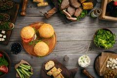 Les différents hamburgers avec la nourriture ont fait cuire sur le gril Images stock
