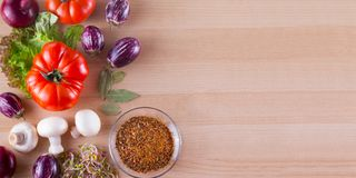 Les différents légumes aiment la tomate, les aubergines, les oignons, la salade et les épices sur le fond en bois Photos libres de droits