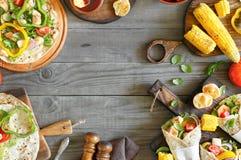 Les différents petits pains de poulet ont fait cuire sur le gril et les légumes Photo libre de droits