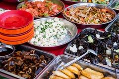 Les différents plats asiatiques se sont vendus sur un extérieur le restaurant qu'asiatique dans soit Image stock