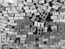 Les différents types de brique rouge se sont étendus dans une pile avec d'autres briques Photo libre de droits