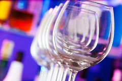 Les différents verres dans la barre avec des bouteilles soutiennent dessus Photo libre de droits