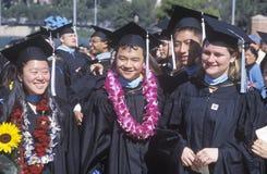 Les diplômés marchent à travers la zone de stade Images libres de droits