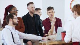 Les directeurs commerciaux multi-ethniques de sourire heureux travaillent ensemble, jeune homme parlant au cours de la réunion mo banque de vidéos