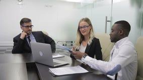 les directeurs Milti-ethniques présentent leur rapport financier à leur patron dans le bureau clips vidéos