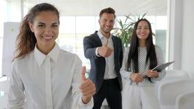 Les directeurs montrant le plan rapproché positif de geste, les peuples multinationaux d'affaires montrent le geste de main comme clips vidéos
