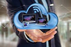 Les dispositifs aiment le smartphone, le comprimé ou l'ordinateur montrés dans un nuage Photographie stock libre de droits