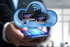 Les dispositifs aiment le smartphone, le comprimé ou l'ordinateur montrés dans un nuage Photos stock