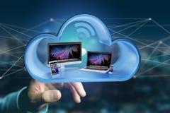 Les dispositifs aiment le smartphone, le comprimé ou l'ordinateur montrés dans un nuage Photo libre de droits