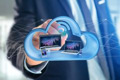 Les dispositifs aiment le smartphone, le comprimé ou l'ordinateur montrés dans un nuage Images libres de droits