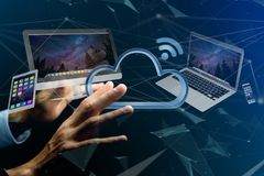 Les dispositifs aiment le smartphone, le comprimé ou l'ordinateur volant au-dessus du connecte Photo stock
