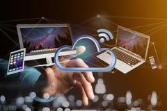 Les dispositifs aiment le smartphone, le comprimé ou l'ordinateur volant au-dessus du connecte Images libres de droits