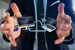 Les dispositifs aiment le smartphone, le comprimé ou l'ordinateur volant au-dessus du connecte Photo libre de droits
