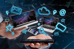 Les dispositifs aiment le smartphone, le comprimé ou l'ordinateur volant au-dessus du connecti Photos libres de droits
