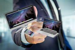 Les dispositifs aiment le smartphone, le comprimé ou l'ordinateur volant au-dessus du connecti Photographie stock