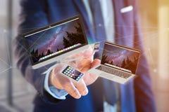 Les dispositifs aiment le smartphone, le comprimé ou l'ordinateur volant au-dessus du connecti Photographie stock libre de droits