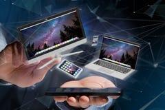 Les dispositifs aiment le smartphone, le comprimé ou l'ordinateur volant au-dessus du connecti Image stock