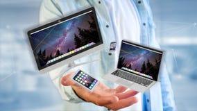 Les dispositifs aiment le smartphone, le comprimé ou l'ordinateur volant au-dessus du connecti Photos stock