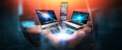 Les dispositifs et les icônes de technologie se sont reliés à la main d'homme d'affaires Photographie stock