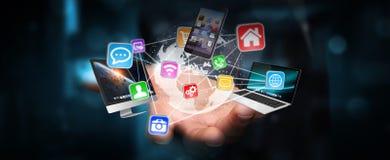 Les dispositifs et les icônes de technologie se sont reliés à la terre numérique de planète Image stock