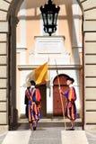 Les dispositifs protecteurs suisses s'approchent de la résidence d'été du pape, Castel Gandolfo image libre de droits