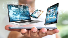 Les dispositifs se reliants de technologie d'homme d'affaires avec son téléphone portable 3D ren Photo stock