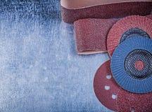 Les disques abrasifs de papier d'émeris agitent les meules sur le dos métallique Photographie stock libre de droits
