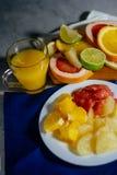 Les divers agrumes ont coupé en tranches orange, citron, chaux, grapef Image stock