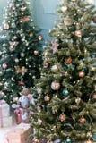 Les divers cadeaux sont sous de beaux arbres de Noël images libres de droits
