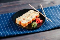 Les divers genres de petits pains de sushi frits chauds ont servi sur la table photographie stock