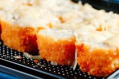 Les divers genres de petits pains de sushi frits chauds ont servi sur la table photo libre de droits