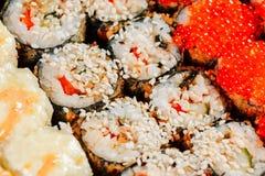 Les divers genres de petits pains de sushi frits chauds ont servi sur la table Macro tir photographie stock