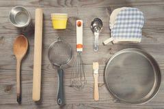 Les divers outils de cuisson arrangent de la vue aérienne Photo stock
