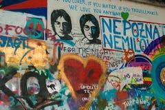 Les divers photos et message textuels ont décoré le mur de John Lennon à Prague Images stock