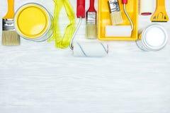 Les divers pinceaux, peinture peuvent, les verres protecteurs, les rouleaux, PA Photo stock