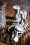 Les divers plats et accessoires de barre se tiennent admirablement sur la table dans une bonne lumière Photos libres de droits