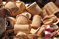 Les divers récipients de rotin ont mis en vente dans la foire du marché. Images stock