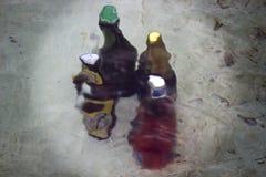 Les diverses bouteilles se sont refroidies avec de l'eau dans une fontaine photographie stock