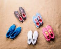 Les diverses chaussures de sports se sont étendues sur la plage de sable, tir de studio Images libres de droits